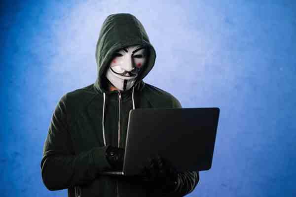 Hacker atacando e-mail corporativo.